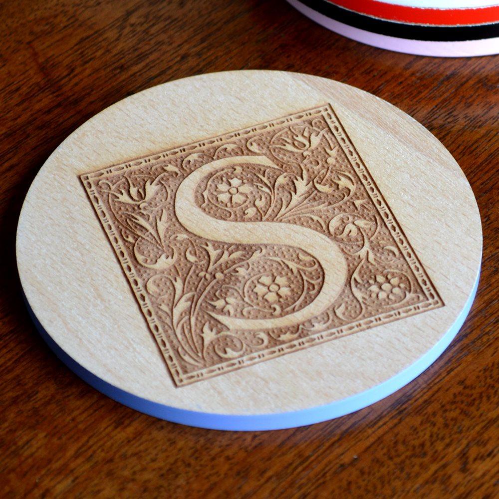 Posavasos de madera redondos con grabado personalizado.